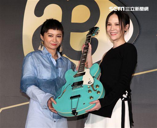 詹雯婷加入新東家師姐楊乃文現身送上重磅吉他加持。(記者邱榮吉/攝影)