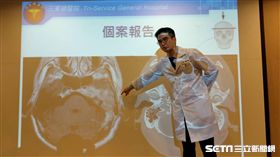 ▲感染科醫師汪靖勛說明,一名50歲男性因非結核分枝桿菌感染造成的中耳炎,且合併顱神經侵犯的特殊個案。(圖/三總醫院提供)