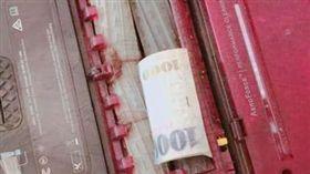 女網友用掃地機器人掃出千元大鈔。(圖/翻攝自爆廢公社)
