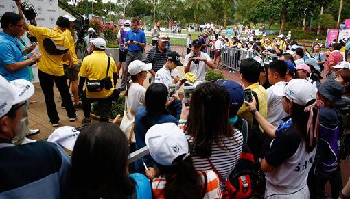 世界球后朴城炫是球迷們索取簽名的主要對象之一。(圖/裙襬搖搖高爾夫基金會提供)