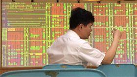 台股盤中突破10800點大關美中貿易戰利空淡化,台股13日股匯齊揚持續反彈格局,盤中突破10800點大關,投資人在紅通通盤面上分析盤勢。中央社記者董俊志攝 107年7月13日