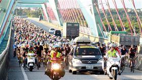 自行車登山王挑戰車隊經太魯閣大橋。(圖/中華民國自行車騎士協會提供)