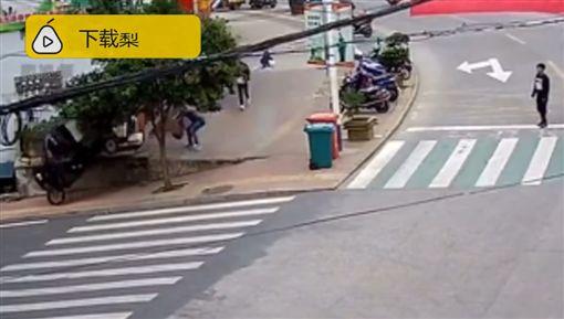 2歲娃開走快遞车,路人狂追百米攔截(圖/梨視頻)