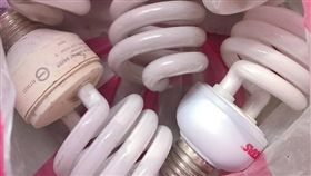 連燈泡也要偷?一名女網友抱怨,她日前自掏腰包買燈泡,將住家樓梯間壞掉的燈泡換新,沒想到過沒幾日燈泡又壞,她仔細一看,竟發現燈泡被「掉包」,上面裝的燈泡不是她買的。其他網友看到後掀起熱議,紛紛直喊「怎麼有這麼厚臉皮的人鄰居!」(圖/翻攝自爆怨公社)