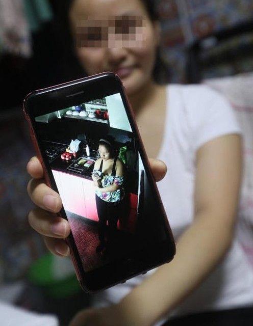 新加坡家政婦穿著清涼做家事/中國報