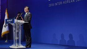 兩韓峰會在即 南韓總統府發言人金宜謙說明南韓總統府發言人金宜謙(右)26日在設於京畿道高陽市國際展覽中心的新聞中心,說明南韓方面對於27日南北韓高峰會談的看法與期望。中央社記者王飛華南韓首爾攝 107年4月26日