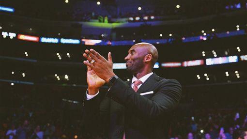 傳奇!科比穿超帥西裝 湖人主場暴動NBA,洛杉磯湖人,LeBron James,Kobe Bryant,丹佛金塊翻攝自推特