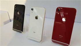 iPhone XR登台開賣  恐缺貨到下個月蘋果iPhone XR於26日登台開賣,XR初期到貨量比預期低,恐至11月中旬才會供貨較多,滿足市場需求。中央社記者江明晏攝  107年10月26日