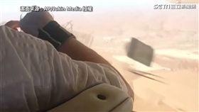 ▲男子相機飛出去。(圖/AP/Jukin Media 授權授權)