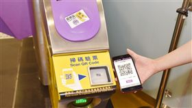 機場捷運,手機刷卡。(圖/國泰世華銀行提供)