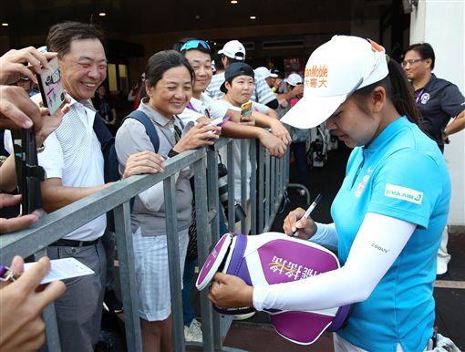 徐薇淩一直被球迷們的要求簽名。(圖/裙襬搖搖高爾夫基金會提供)