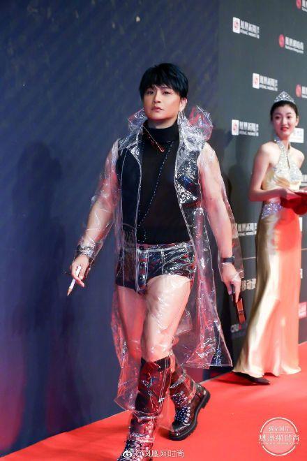 陳志朋26日受邀出席大陸鳳凰網的「2018時尚之選」的頒獎典禮,大膽穿搭讓人目瞪口呆。(翻攝微博)