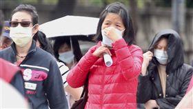 空污警戒  民眾戴口罩防護(1)台灣西半部29日因大氣擴散條件不佳,空氣一片霧茫茫,全台都受影響;環保署空氣品質監測網30日更新數據,北部、桃竹苗及中部地區空氣品質有明顯改善。不少走在台北街頭的民眾戴上口罩,防護自身健康。中央社記者吳翊寧攝  106年11月30日