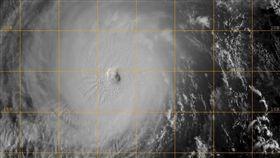 今年第26號颱風「玉兔」昨(26)日再度增強為強烈颱風,持續朝呂宋島東方海面靠近。氣象局副局長鄭明典今日po文表示,「玉兔」颱風的颱風眼變清晰,是典型的強烈颱風特徵!(圖/翻攝自鄭明典臉書)