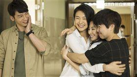 溫昇豪(左)與曾珮瑜、陳怡蓉、嚴藝文等人在《雙城故事》中感情融洽。(圖/青睞影視提供)
