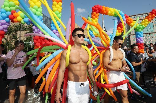 同志大遊行 熱鬧登場(2)2018台灣同志大遊行27日下午正式登場,有民眾以彩色氣球製作道具、妝點自己,讓現場色彩繽紛吸睛。中央社記者吳翊寧攝 107年10月27日
