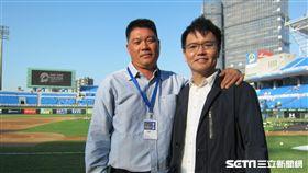 ▲陳瑞振(左)與梁功斌搭檔台語播球。(圖/記者蕭保祥攝影)