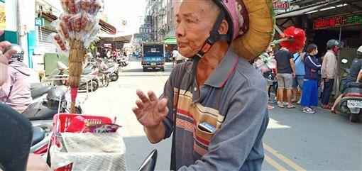 老翁每天騎機車賣糖葫蘆(臉書光線提供)