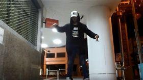 街頭舞者咨華透過拍攝跳舞影片,傳遞愛的意念給大眾。(圖/翻攝自Leopard YouTube)