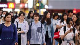鋒面通過 天氣轉涼(1)中央氣象局指出,26日午後鋒面通過,北部及東北部將逐漸轉為溼涼的天氣,提醒民眾留意氣溫變化。傍晚時分,街上多數民眾穿著長袖衣物保暖。中央社記者張皓安攝 107年10月26日
