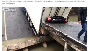 (圖/翻攝自LiveLeak)羅斯,斷橋,貨車,夾殺