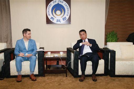 內政部部長徐國勇於日前接受台北市美國商會《topics雜誌》專訪。(圖/內政部提供)