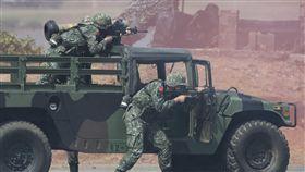 漢光34號  標槍飛彈對準淡水河口漢光34號演習,隸屬陸軍六軍團的關渡指揮部5日在淡水河口,針對河防實施反突擊、反滲透演練,阻止敵人突入首都中樞地帶。演訓官兵駕著搭載標槍飛彈的悍馬車,朝淡水河口警戒。中央社記者徐肇昌攝  107年6月5日