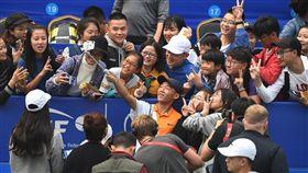 曾俊欣與球迷們合照。(圖/翻攝自ITF官網)