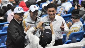 吳志揚與郝龍斌一同在桃園棒球場觀賞台灣大賽。(圖/記者王怡翔攝影)