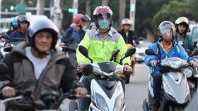 鋒面通過 民眾騎車保暖(1)中央氣象局預報,26日下午鋒面通過台灣,氣溫明顯下降,各地低溫約攝氏21至24度。傍晚時刻騎車的民眾多數穿起外套保暖。中央社記者張皓安攝 107年10月26日