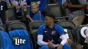雷霆終開胡!威少和小球迷互動萌翻了 NBA,奧克拉荷馬雷霆,Russell Westbrook,暖心,可愛 翻攝自推特