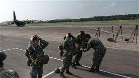 跳傘整備(1)陸軍航特部空降訓練中心22日對外公開傘兵訓練情形,圖為航特部人員在屏東機場整備。中央社記者王飛華攝  107年5月22日