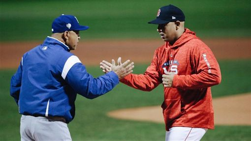 道奇總教練Dave Roberts和紅襪總教練賽前擊掌。(圖/翻攝自道奇隊推特)