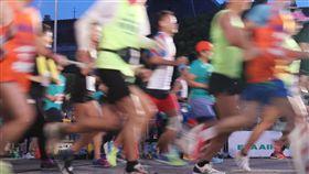 長榮航空城市觀光馬拉松開跑(2)2018長榮航空城市觀光馬拉松28日在總統府前廣場開跑,來自43個國家、超過1萬8000多名國內外跑者參賽。中央社記者吳翊寧攝 107年10月28日