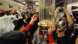 奪冠沒忘洋基 紅襪噴香檳唱紐約紐約