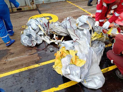 印尼獅航班機墜毀 印尼獅航JT610班機從雅加達飛往邦加檳港,在加拉璜附近海域墜毀,圖為打撈上岸的殘骸。(印尼國家搜救總署提供)中央社記者周永捷雅加達傳真 107年10月29日