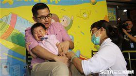 公費流感疫苗接種對象代表,由2歲堂堂現場接種流感疫苗。(圖/疾管署提供)