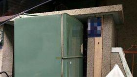 最狂鄰居! 舊冰箱就塞在隔壁家門口(圖/爆怨公社)