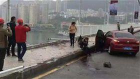 再回首,K歌,重慶,大陸,中國,長江,公車,墜河 圖/翻攝自微博