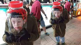 萬聖節冠軍是他!捧「血淋淋人頭」罐 男童眼神死超驚悚 圖翻攝自臉書爆廢公社