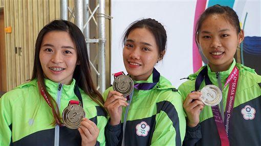 葉玟萱(右起)、潘佳薇和宋諭婷聯手拿下在50公尺步槍三姿團體銀牌。(圖/主辦單位提供)