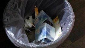 鈔票,糞土,垃圾桶,爆廢公社 圖/翻攝自爆廢公社