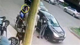 巴西警察誤殺朋友,舉槍自盡。(圖/翻攝自《每日郵報》)