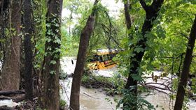 校車駕駛硬闖洪水路段,導致車輛受困。(圖/翻攝自FB)