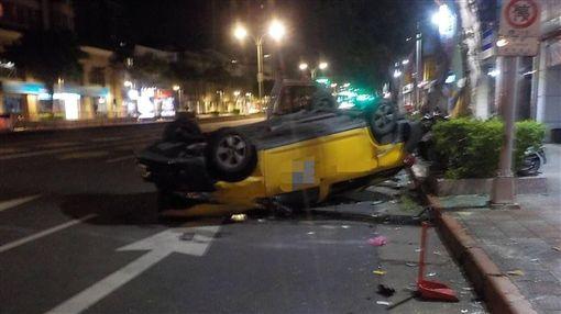 台北,Uber,計程車,車禍,翻車(圖/翻攝畫面)