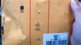 朋友寄送惡搞包裹,郵差竟超配合演出。(圖/翻攝自臉書社團「爆廢公社」)