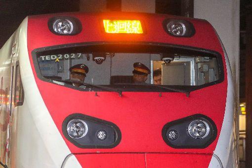 普悠瑪太魯閣雙人乘務上路交通部台鐵局30日首次實施「新自強號雙人乘務作業」,普悠瑪號、太魯閣號由駕駛與駕駛助理共同進行乘務工作,強化安全。中央社記者裴禛攝 107年10月30日