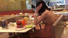 豪放女在餐廳穿這樣,「彈粗奶」嚇壞網友。(圖/翻攝自微博)