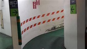 林口家樂福機車停車場出入口「沒斷過的彎」。(圖/翻攝自爆廢公社)