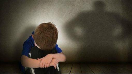 墨西哥/悲!生父繼母逼吃糞 8歲男童窒息亡(圖/翻攝自YouTube)